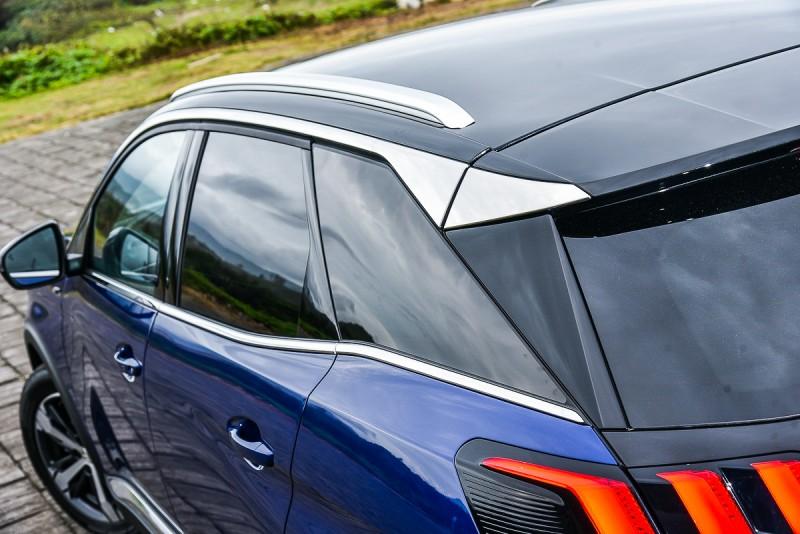 窗框上的鍍鉻飾條與車頂架相呼應