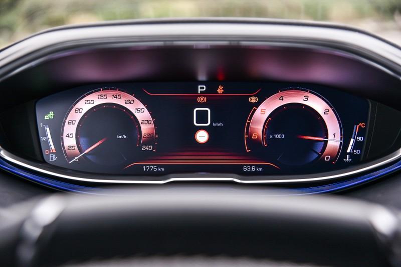 按下Sport鍵,儀錶瞬間轉為紅色的熱血模式