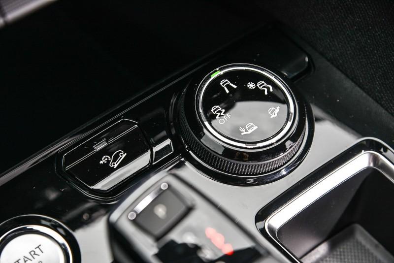 車上配備獨家Grip Control抓地力控制系統,行駛在落差不大的低摩擦路面時脫困使用