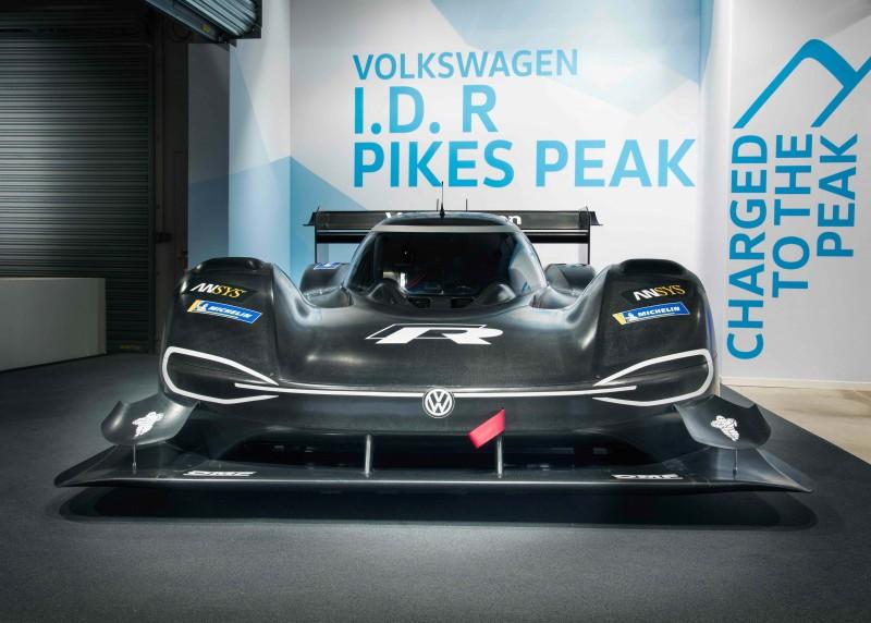 I.D. R Pikes Peak配置前後雙電動馬達、恆時四輪驅動系統(附扭力分導裝置)等創新科技,可在2.25秒內完成靜止加速至100km/h。