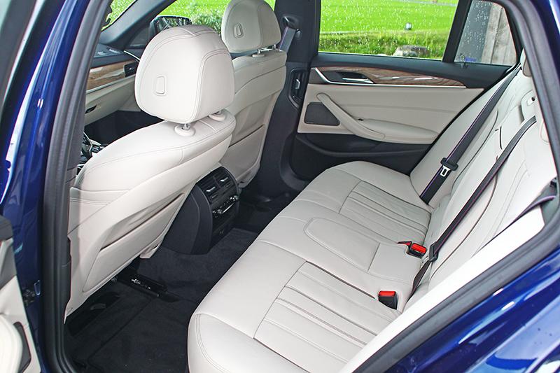 全新BMW M550d xDrive Touring擁有寬敞的車室空間與舒適的乘坐品質。