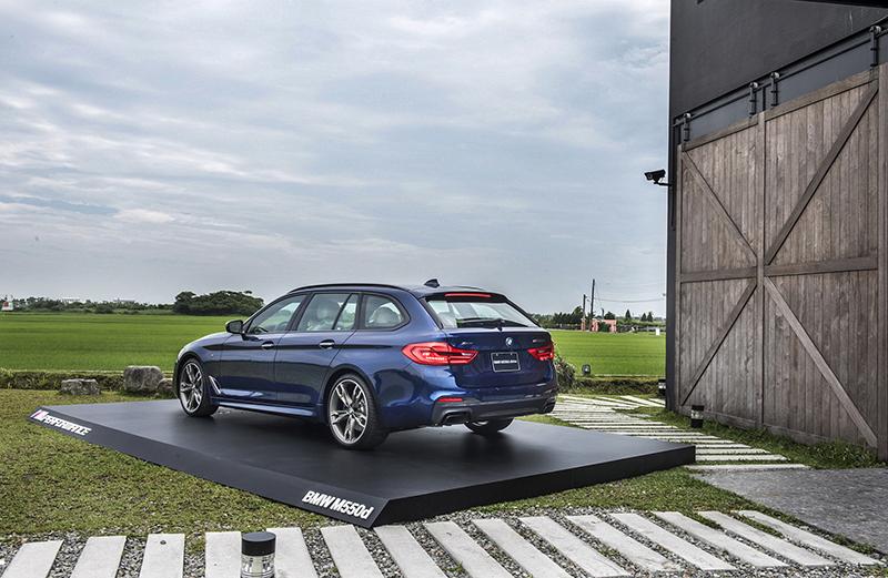 全新BMW M550d xDrive Touring搭載M PerformanceTwinPower Turbo 3.0升直列六缸柴油引擎,身懷強悍的400hp最大馬力以及的77.5kg-m峰值扭力。