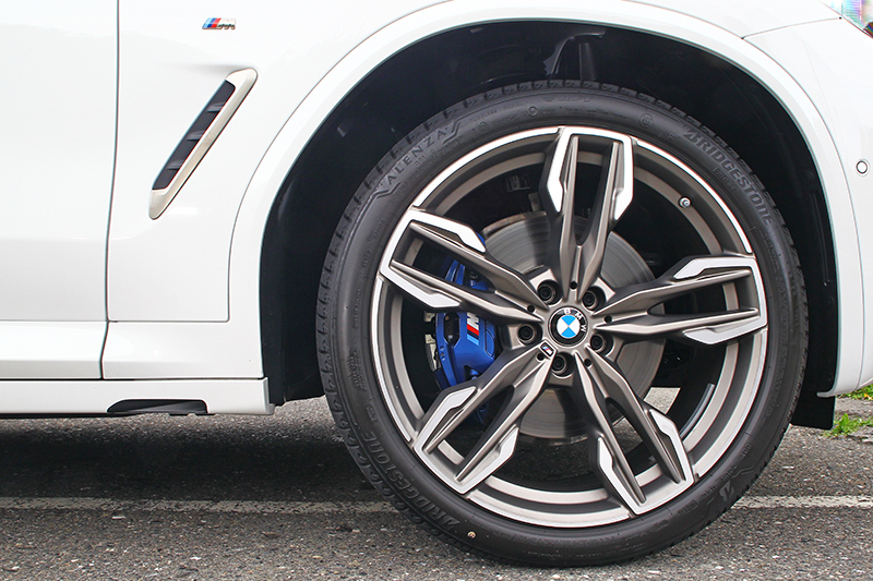 21吋前後配大尺寸跑胎以及M款煞車系統,讓高達1.8噸重的X3 M40i依舊動如脫兔。