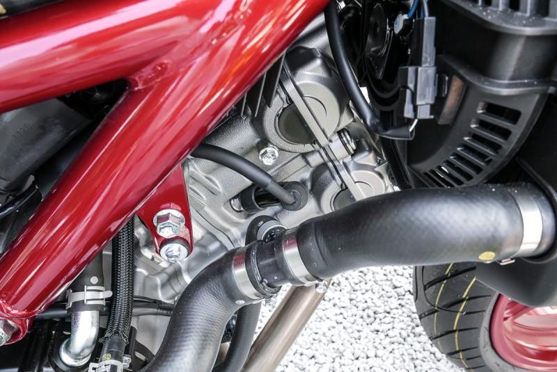 動力配置為 90 度 V 型雙缸引擎,並採用雙火星塞技術,能有效提高燃燒效率及動力輸 出,兼具動能與環保