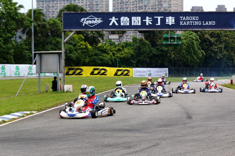 第一階段預賽起跑,林岑翰〈50號車〉由外側向內壓制劉蔚瑄〈95號車〉搶過了第一的位置。