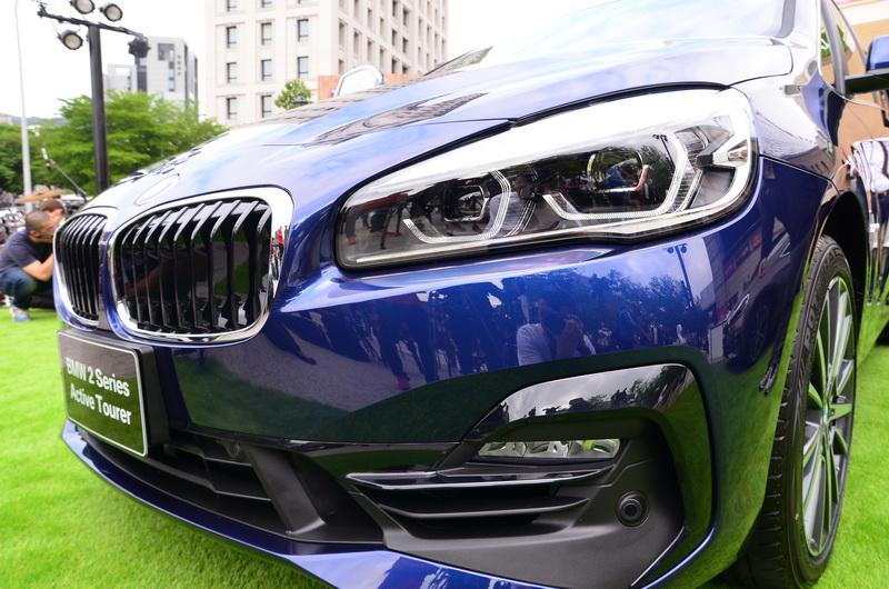 車頭採用更為放大的雙腎型水箱護罩設計,若搭載Sport Line風格套件,其「C」型黑色高光澤飾條勾勒前保桿進氣壩的全新造型