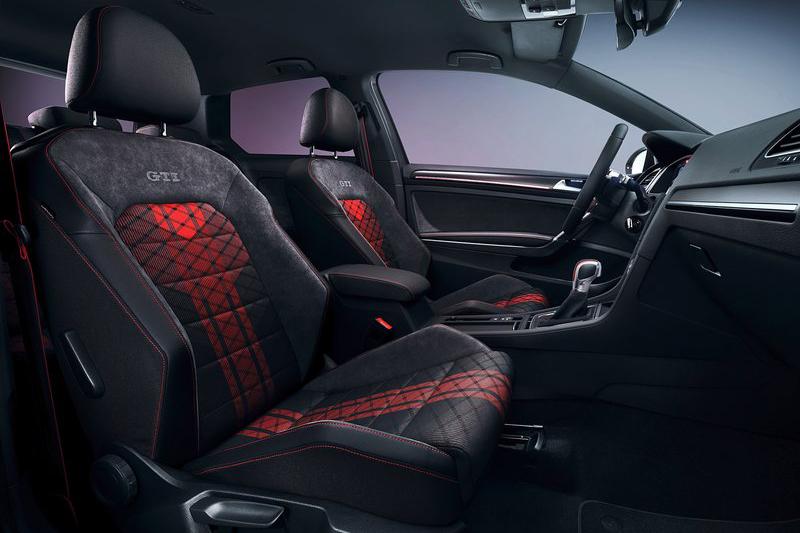 內裝在賽車椅上以特殊紅色紋路妝點。