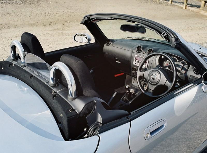 雖然1.3升的引擎僅有87匹的最大馬力,不過僅輕盈的車重搭配手排設定頗具跑車架式