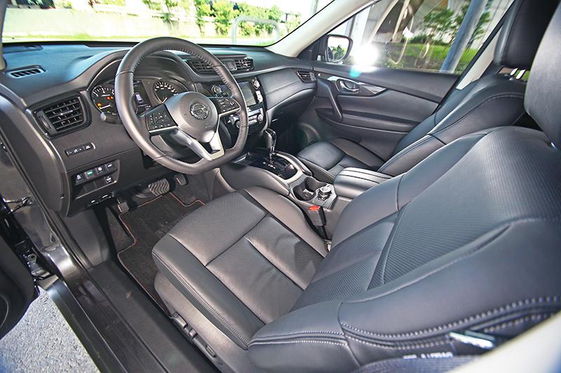 更多的軟質用料以及漂亮的三輻式平底跑車方向盤,讓座艙氛圍變得更討喜。