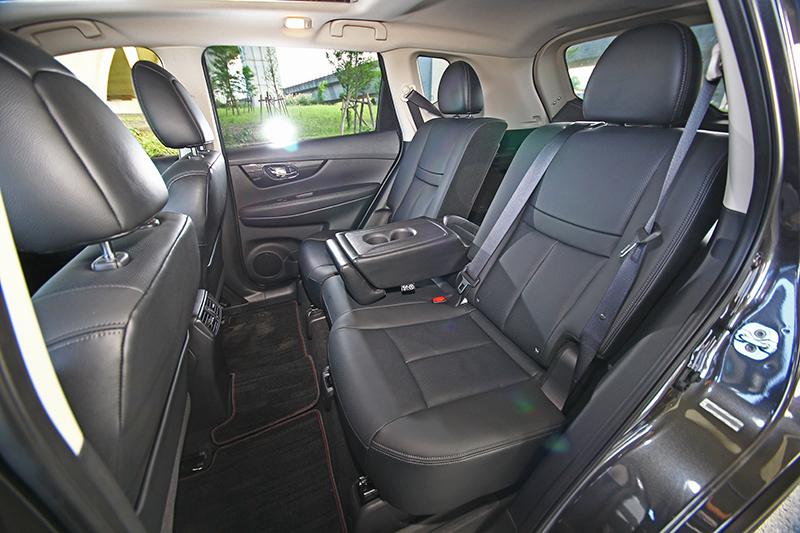 後座椅也可變成雙座型式,中央扶手此時相當寬厚好用。