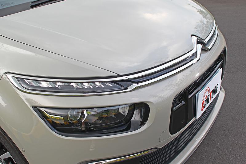 車頭是小改款的辨識重點,特別是水箱護罩進氣壩部分。