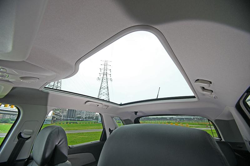 全景式玻璃車頂也是讓車室空間超級明亮寬敞的功臣。