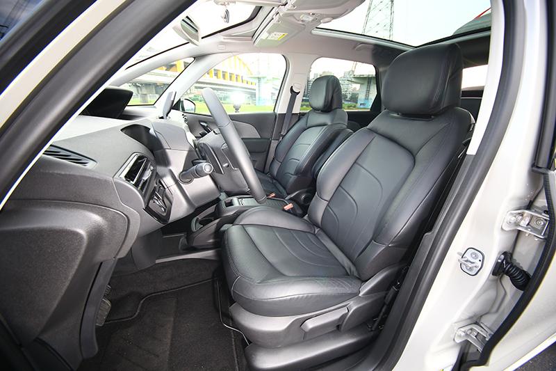前座椅寬厚舒適,放在寬大座艙中就是合適。