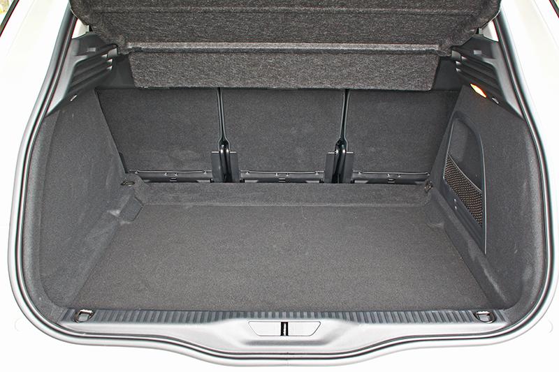 行李廂空間原本便有537公升,而且極為平整方正。