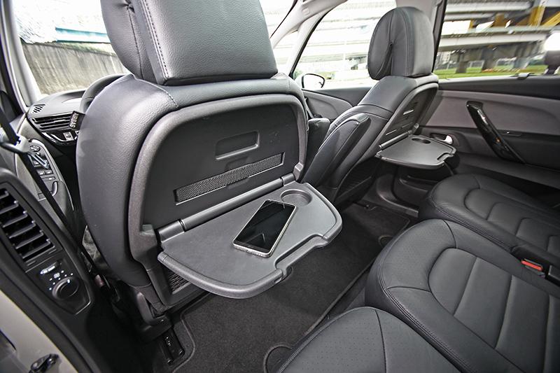 前座椅背後方設有簡易小餐桌,放零食飲料或手機都很方便。