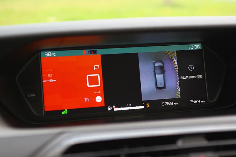 Vision 360度環景視野駐車輔助系統可讓駕駛者更明暸周遭物體與車身的相關位置,無論停車或窄巷會車都很方便。