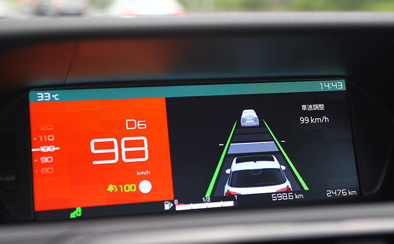 ACC主動式定速巡航相當好用,跟車距離不會太遠,須注意這套系統並不會協助將車煞到停,仍需時時注意前方路況。