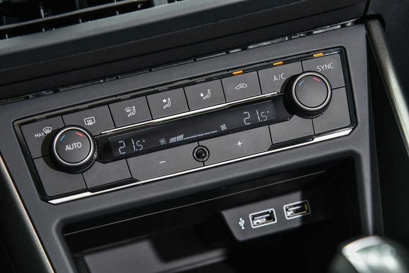 Confortline以上標配雙區獨立恆溫空調,車上內建雙USB插槽