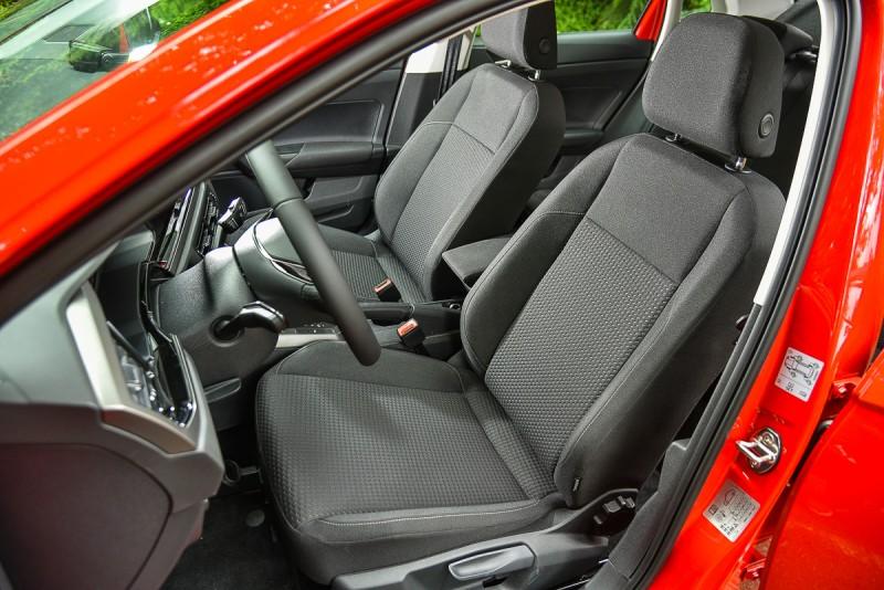 Polo的雙材質織布座椅立體造型相當「合身」,包覆性與支撐性絕對都在非歐系車「合成皮」表現之上