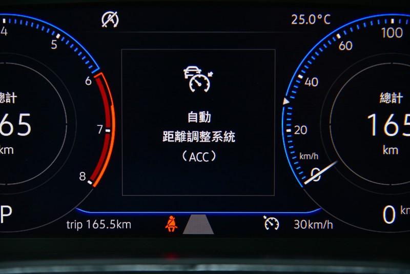 Polo 230TSI Confortline試駕車更選配了10.25吋數位儀錶、前方安全輔助系統(FA、ACC、AEB)以及大面積天窗