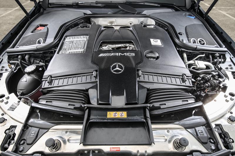 搭載與當家跑車AMG GT系出同源的4.0升雙渦輪增壓V8汽油引擎,同樣導入「hot inner V」設計,具備571hp/750Nm輸出表現。
