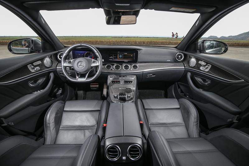 試駕車款選配碳纖維飾板,提升整體的運動氣息。