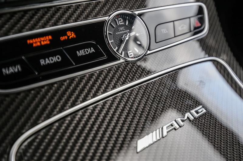 與知名鐘錶品牌IWC合作的車內時計。