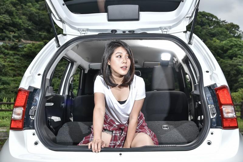 將6/4分離後座椅背向前傾倒,IGNIS就能放進更多尺寸不同的大行李!