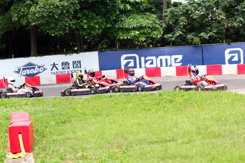 決賽起跑後,蕭奕丞成功搶得先機,洪皓庭則是往前搶了一個位子。