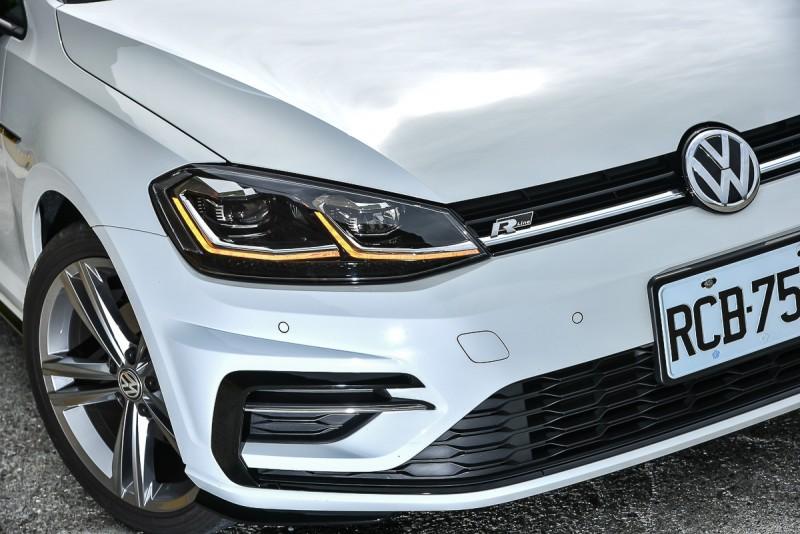 同樣搭載亮面黑色 R-line套件與銘牌,白車色的Golf Variant 280TSI R-line比金色Golf 280TSI R-line視覺對比更強烈
