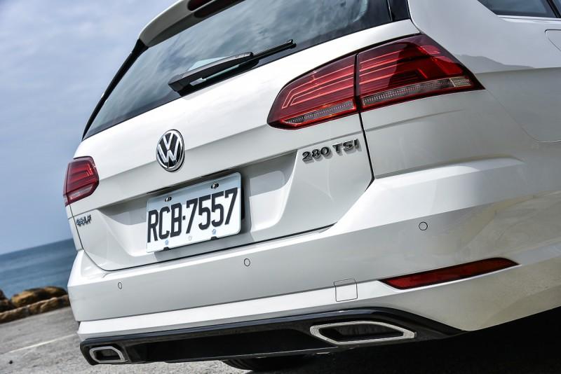 尾燈/尾門造型也與Golf不同,顯得比較穩重