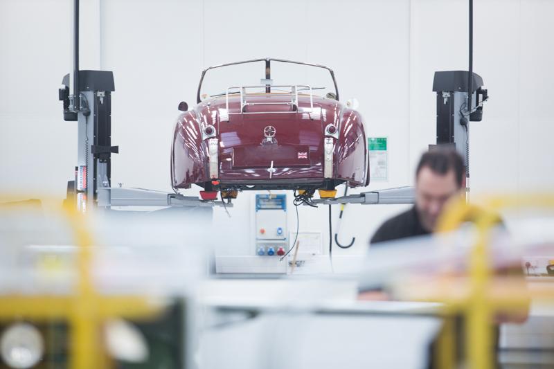 踏進Jaguar Land Rover Classic內宛如走進了時光隧道,從E-Type、XJ220、Range Rover 1970、Defender等經典車款,散落在廠內54個工位內。