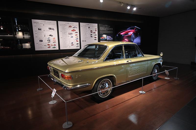 位於Mazda廣島本部一樓大廳的,其中之一是品牌生產第200萬輛紀念的1966年Familia Coupe。