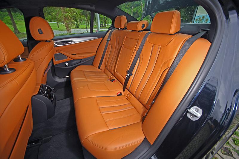 座艙不僅極盡奢華,同時也點出運動房車的熱血性格。