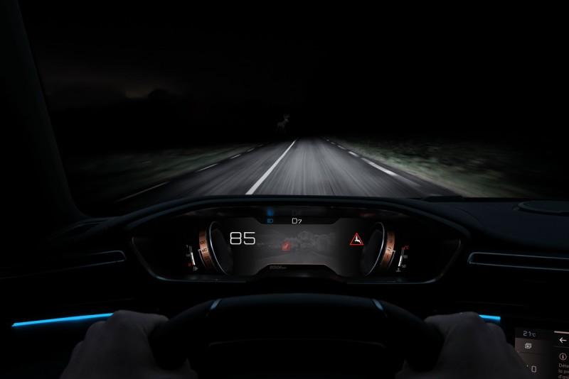 夜視系統能提供比大燈更遠的前方辨識距離