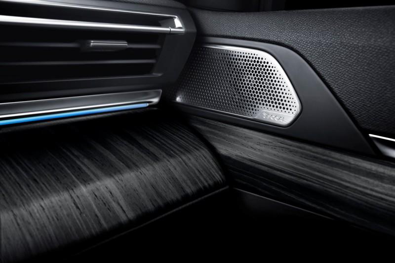FOCAL®技術揚聲器能提供純淨精緻的音效,門上高音單元外蓋更採用拉絲金屬薄片,質感更是出色