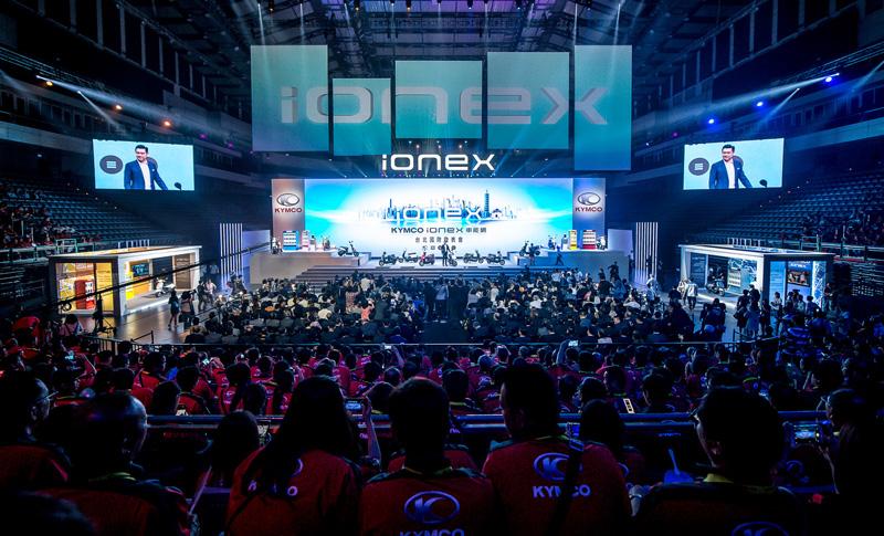 Kymco這回特於台北小巨蛋舉辦之「Ionex車能網台北國際記者會」,除有來自海外的國際媒體蒞臨,更邀請全台近2,000名Kymco經銷商參與,全場超過3000人共同見證。