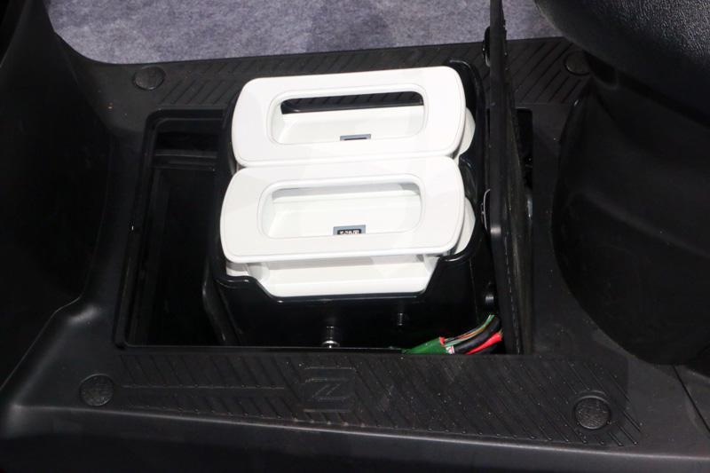 Kymco Ionex電動車獨特的電池安裝裝置,只需一鍵即可自底板下翻起,當購買一輛Kymco Ionex電動車時,車主除隨車必租的一顆電池外,可依需求另租更多電池。