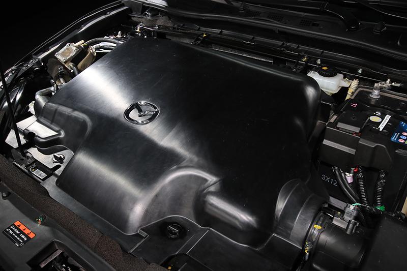 其實我們也是搞了很久才弄懂所謂的「引擎室膠囊」指的就是這塊蓋版,本來還以為只是避免我們偷看腹內乾坤的「國防布」。