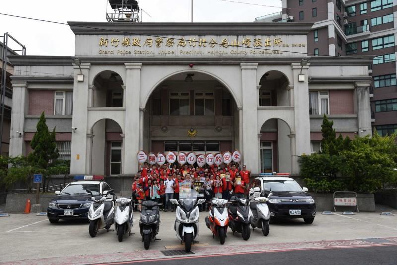 SYM三陽工業6月10日舉行「警察節公益志工活動」至警局及派出所周邊清潔道路反光鏡,維 護警察出入交通安全。