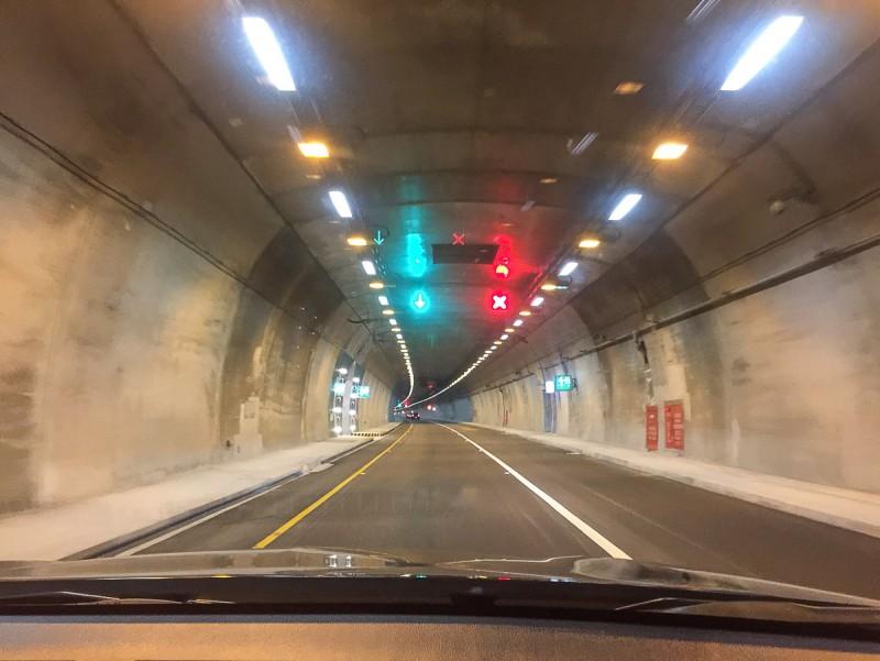 蘇花改隧道內牆壁未塗裝,橫向逃生通道口竟然有好幾顆燈泡?相當有趣的設計