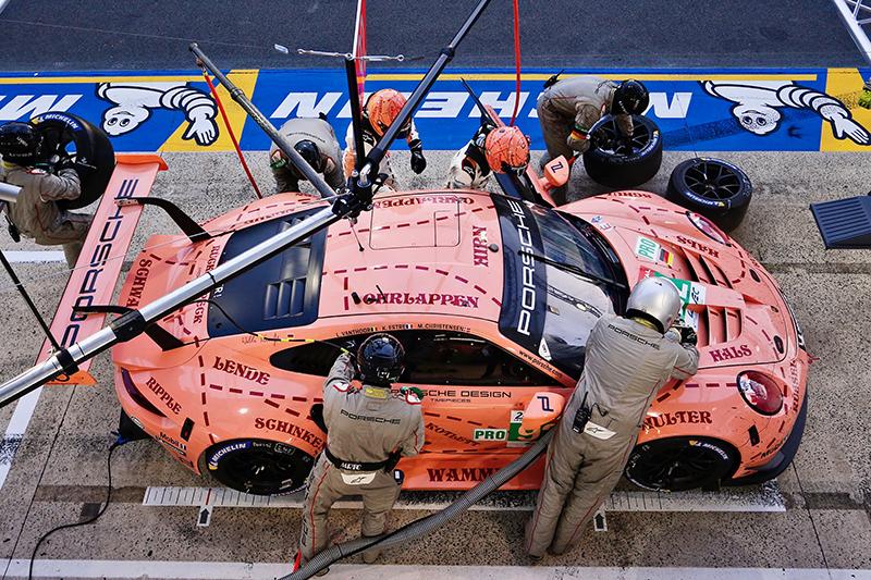 最終拿下GTE PRO組冠軍,被暱稱為「粉紅豬」的92號911 RSR,其實也有點「進擊的巨人」Fu啊!