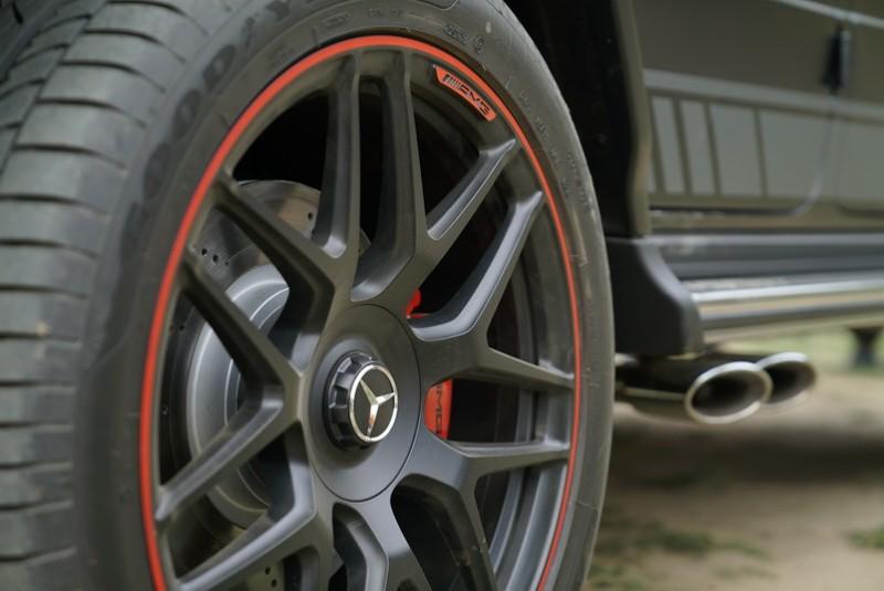G63搭配有20吋的AMG十輻式輕合金輪圈+紅色煞車卡鉗
