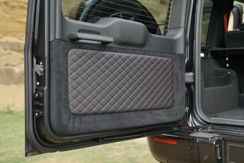 獨特的按壓式門把及金屬關門聲,關上門才能感受 G-Class 堅實的產品價值