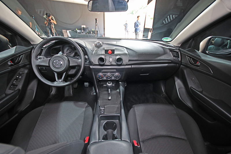 座艙裡,依舊大抵與現行Mazda 3相似。
