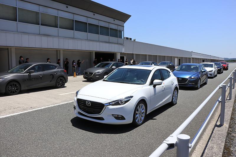 現場準備了四輛現行Mazda 3以及四輛Skyactiv-X原型車供對比。