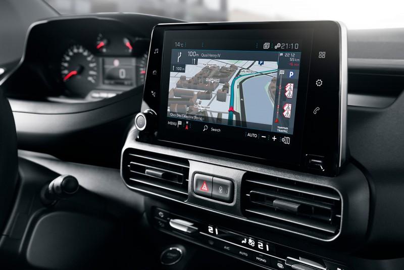 8英寸電容式觸控螢幕連接智慧手機相當方便