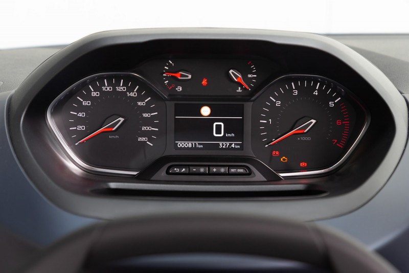 Peugeot Partner的儀錶比起Rifter素雅許多,但該有的安全系統都不缺