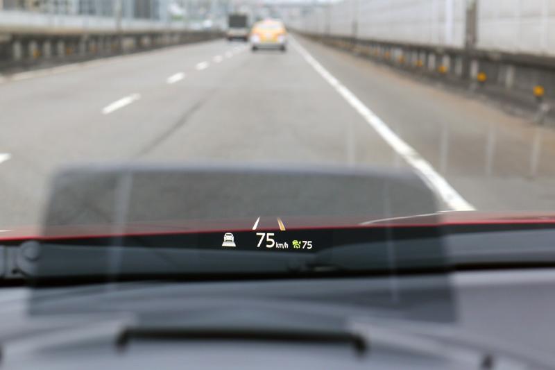 搭載之LDWS車道偏移警示系統當車輛發生不當偏移時在抬頭顯示器出現標線警示。