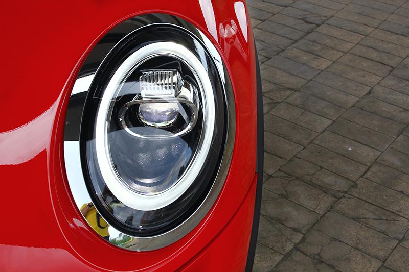 小改款後,全LED頭燈便改採環型日行燈設計。